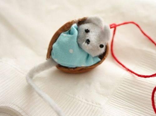 Поделка мышка из ореха 80